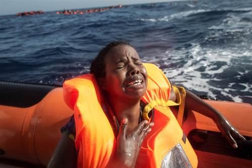 نجات جان پناهجویان عازم اروپا در دریای مدیترانه و در نزدیکی سواحل ایتالیا