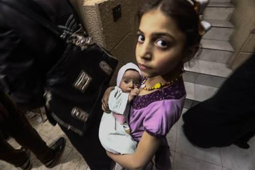 واکسیناسیون نوزادان در مقر صلیب سرخ در شهر دوما سوریه