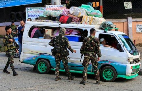 غیرنظامیان در حال فرار از شهر