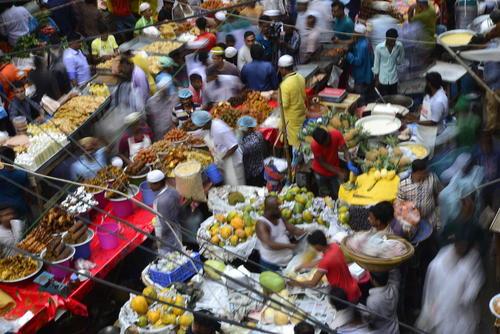 عرضه کنندگان غذا و خوراکی در بازار افطار شهر داکا – بنگلادش
