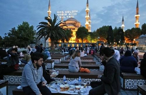 سفره افطار مسجد جامع سلطان احمد در شهر استانبول