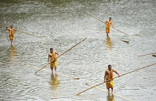 مسابقات قایقرانی روی چوب بامبو – چین