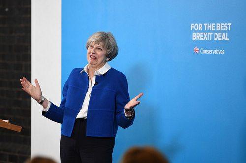 ترزا می نخست وزیر بریتانیا در یک گردهمایی انتخاباتی در وولوِرهَمپتون