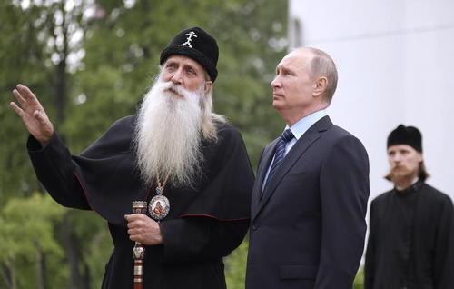 بازدید ولادیمیر پوتین رییس جمهور روسیه از یک کلیسای قدیمی ارتدوکس در مسکو