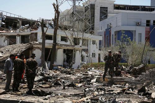 ویرانی های ناشی از انفجار به شدت مهیب تروریستی صبح چهارشنبه در محله وزیر اکبر خان کابل . در این حمله دستکم 90 نفر کشته و بیش از 460 نفر زخمی شدند