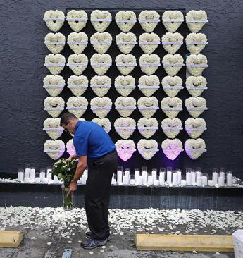 گرامیداشت یاد 49 قربانی حمله سال گذشته یک هوادار داعش به یک باشگاه شبانه در شهر اورلاندو ایالت فلوریدا آمریکا در نخستین سالگرد این حادثه – اورلاندو