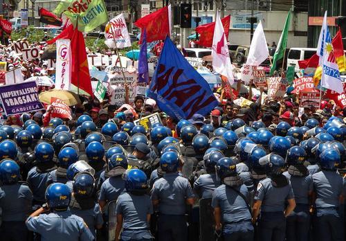 ممانعت پلیس فیلیپین از عزیمت معترضان به مقابل ساختمان سفارت آمریکا در شهر مانیل در صدو نوزدهمین سالگرد استقلال این کشور