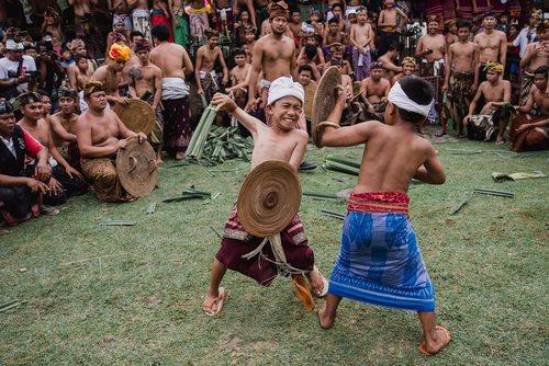 نبرد سنتی در یک جشنواره آیینی در جزیره بالی اندونزی