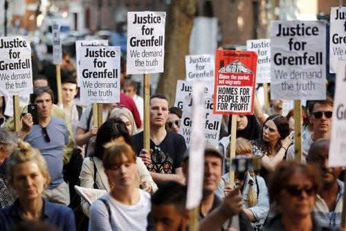 تظاهرات معترضان در اعتراض به نحوه رسیدگی دولت محافظه کار بریتانیا به فاجعه آتش سوزی گرنفل