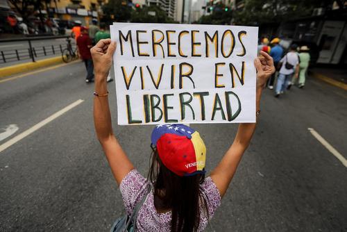 ادامه تظاهرات مخالفان حکومت ونزوئلا در پایتخت. روی پلاکارد نوشته: ما لایق زندگی آزادانه هستیم