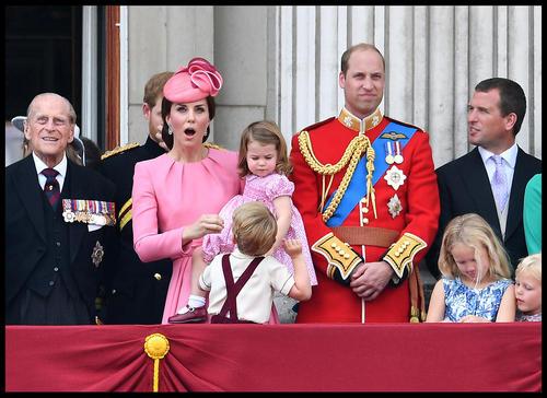 حضور خانواده سلطنتی بریتانیا در بالکن کاخ باکینگهام برای تماشای رژه و نمایش هوایی به مناسبت نودویکمین سالگرد تولد رسمی ملکه بریتانیا