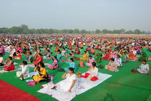 تمرین دسته جمعی یوگا در روز بین المللی یوگا – الله آباد هند