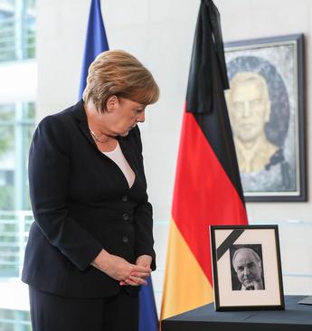 ادای احترام و امضای دفتر یادبود مرگ هلموت کهل صدر اعظم اسبق آلمان از سوی آنگلا مرکل صدر اعظم آلمان