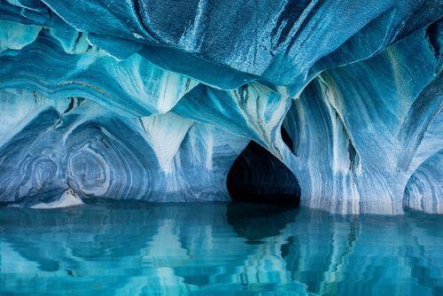 غارهای سنگ مرمر در وسط دریاچه