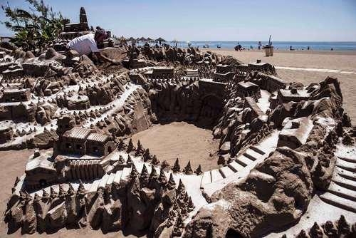 هنرمند اهل جمهوری چک ماکت شنی شهر زادگاه خود را در سواحل کشور اسپانیا درست کرده است