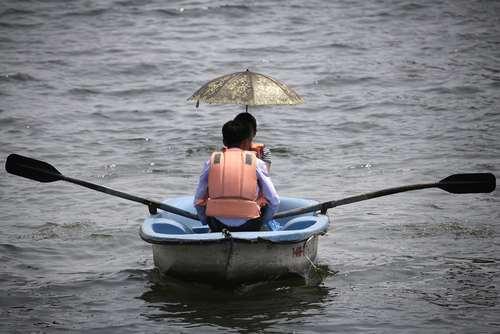 یک زوج کره شمالی در حال قایقرانی در رود