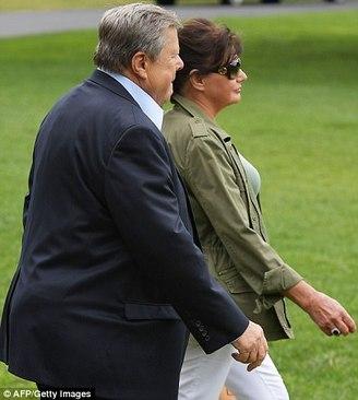 پدر و مادر ملانیا ترامپ به همراه خانواده ترامپ در حال عزیمت به کمپ دیوید