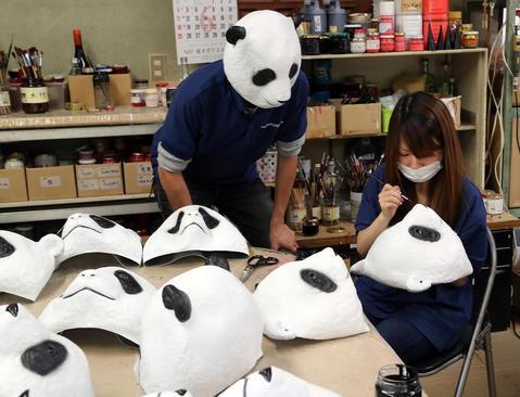 ساخت ماسک های پاندا در کارخانه ای در شهر سایتاما ژاپن