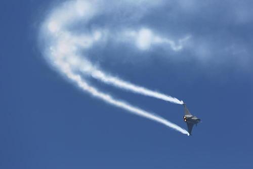 پرواز نمایشی یک جنگنده رافائل در نخستین روز نمایشگاه سالانه هوایی در پاریس