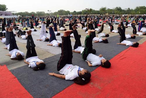 تمرین دسته جمعی یوگا از سوی دانش آموزان هندی – الله آباد