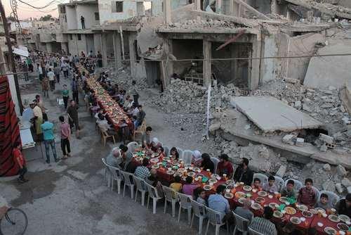 مراسم افطاری شهروندان شهر دوما سوریه در منطقه تحت کنترل مخالفان مسلح در این شهر