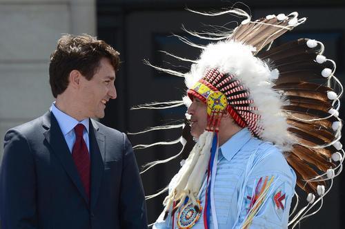 دیدار جاستین ترودو نخست وزیر کانادا با یکی از رهبران بومیان کانادا در روز ملی بومیان – اوتاوا