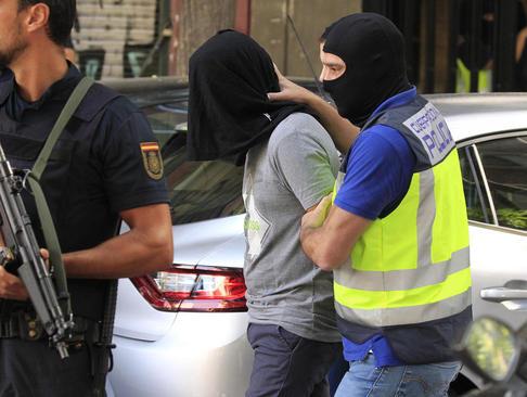 لحظه دستگیری یک مظنون تروریستی مراکشی – وابسته به داعش - در شهر مادرید اسپانیا