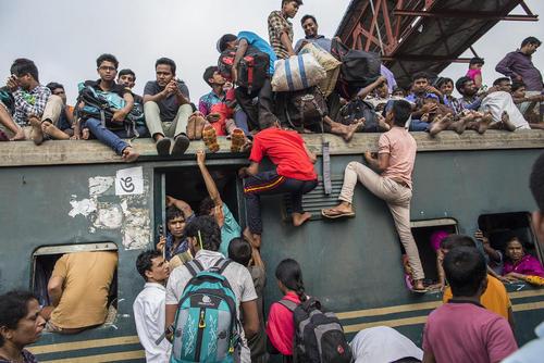 شلوغی بیش از حد سفرهای ریلی در بنگلادش همزمان با نزدیک شدن به عید فطر – ایستگاه راه آهن داکا