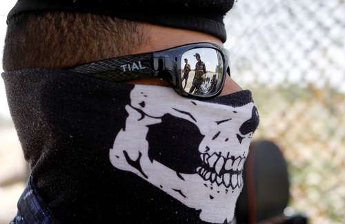 ماسک یک نیروی پلبیس فدرال عراق در یک ایست بازرسی در حومه شهر موصل