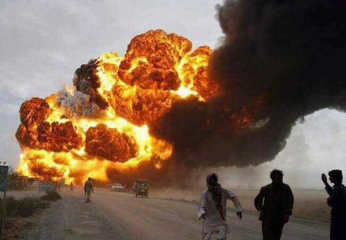 لحظه آتش گرفتن تانکر حاوی بنزین در پنجاب پاکستان . پس از چپ شدن تانکر مردم برای جمع آوری بنزین هجوم آورده بودند که ناگهان منفجر شد. در اثر انفجار دستکم 150 نفر کشته شدند.