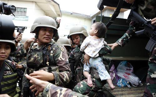 نجات غیر نظامیان از دست داعش در شهر ماراوی در جنوب فیلیپین