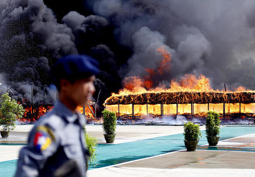 سوزاندن 25 نوع مواد مخدر از سوی نیروهای پلیس میانمار در روز جهانی مبارزه با قاچاق مواد مخدر – یانگون