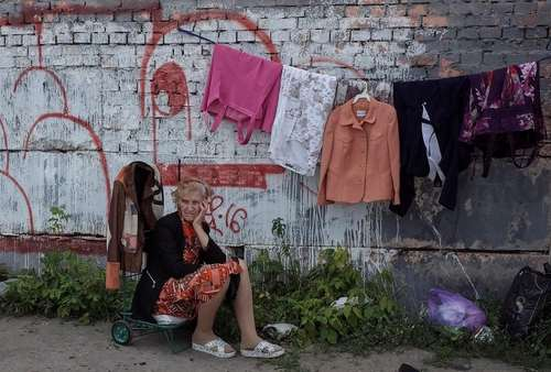 لباس فروشی یک زن در بازاری سیار در شهر کی یف اوکراین