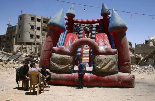 حال و هوای عید فطر در شهر دوما در حومه دمشق سوریه که تحت کنترل مخالفان مسلح است