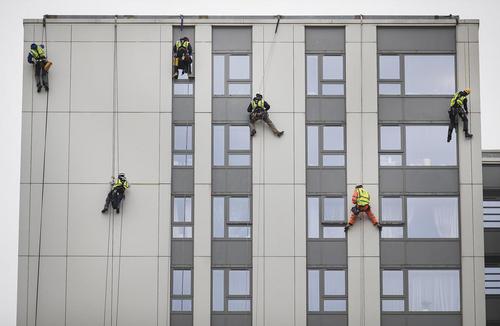 بررسی ایمنی نمای برج های مسکونی لندن پس از حادثه آتش سوزی برج گرنفل