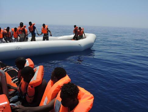 نجات پناهجویان آفریقایی تبار سرگردان در دریای مدیترانه از سوی گارد ساحلی ایتالیا
