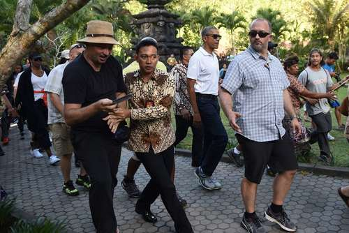 باراک اوباما در حال بازدید از معبدی در بالی اندونزی. رییس جمهور سابق آمریکا برای تعطیلات 10 روزه تابستانی به همراه همسر و دخترانش به اندونزی رفته است.