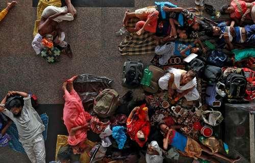 انتظار مسافران به دلیل تاخیر در حرکت قطارها در ایستگاه قطار شهر دهلی هند