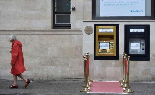 شعبه بانک برکلیز در شمال لندن در پنجاهمین سالگرد نصب نخستین دستگاه خودپرداز جهان (A.T.M) در این شعبه بانک، اقدام به نصب یک خودپرداز طلایی جدید کرد.