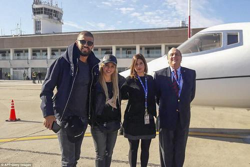 شکیرا و همسرش در فرودگاه شهر روزاریو و در کنار جت شخصی شان