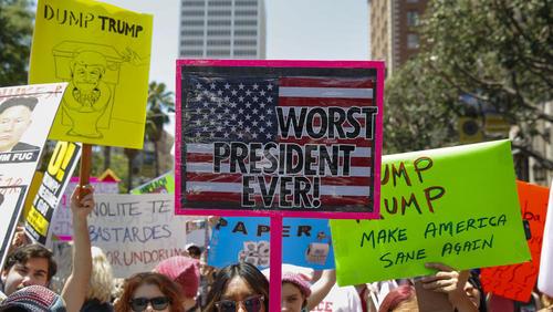 تظاهرات هزاران نفری مخالفان ترامپ با درخواست استیضاح او از سوی کنگره آمریکا – لس آنجلس