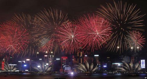 آتش بازی در شهر هنگ کنگ به مناسبت بیستمین سالگرد بازگشت این کشور زیر چتر حاکمیت واحد چین