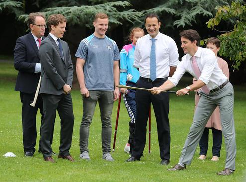 نخست وزیر کانادا در حال تمرین یک ورزش فوتبال ایرلندی – دوبلین