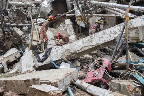 امداد گران در حال جستجو برای یافتن اجساد یا زخمیهای احتمالی زیر آوار یک کارگاه منفجر شده تولید پوشاک در منطقه قاضی پور شهر داکا بنگلادش