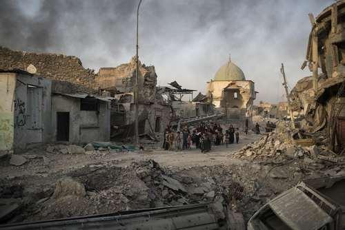 نجات غیر نظامیان از اندک محلههای باقی مانده در اشغال داعش در شهر موصل عراق