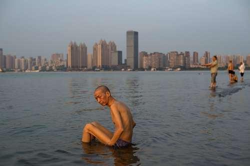 نشستن در ساحل خنک رود یانگ تسه در شهر ووهان چین