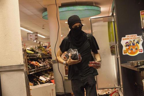 غارت شبانه فروشگاه ها در شهر هامبورگ در جریان تظاهرات گسترده و آشوب های خیابانی مخالفان نشست گروه بیست در این شهر