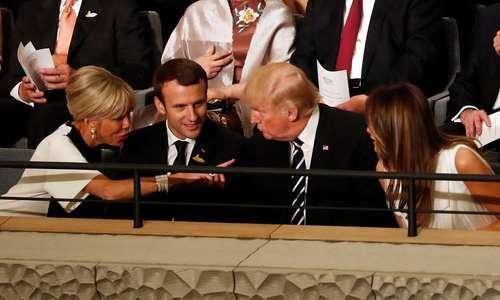 گفت و گوی ترامپ با بانوی اول فرانسه به هنگام مراسم اجرای زنده سمفونی نهم بتهوون به عنوان نمادی از هنر آلمانی پس از مراسم شام در شب اول نشست