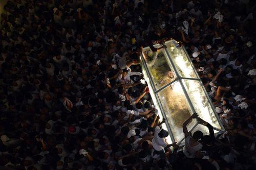 مراسم آیینی حمل تابوت نمادین حامل مسیح از سوی مسیحیان کاتولیک در فیلیپین