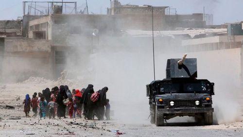 زنان و کودکان در حال فرار از مناطق درگیری